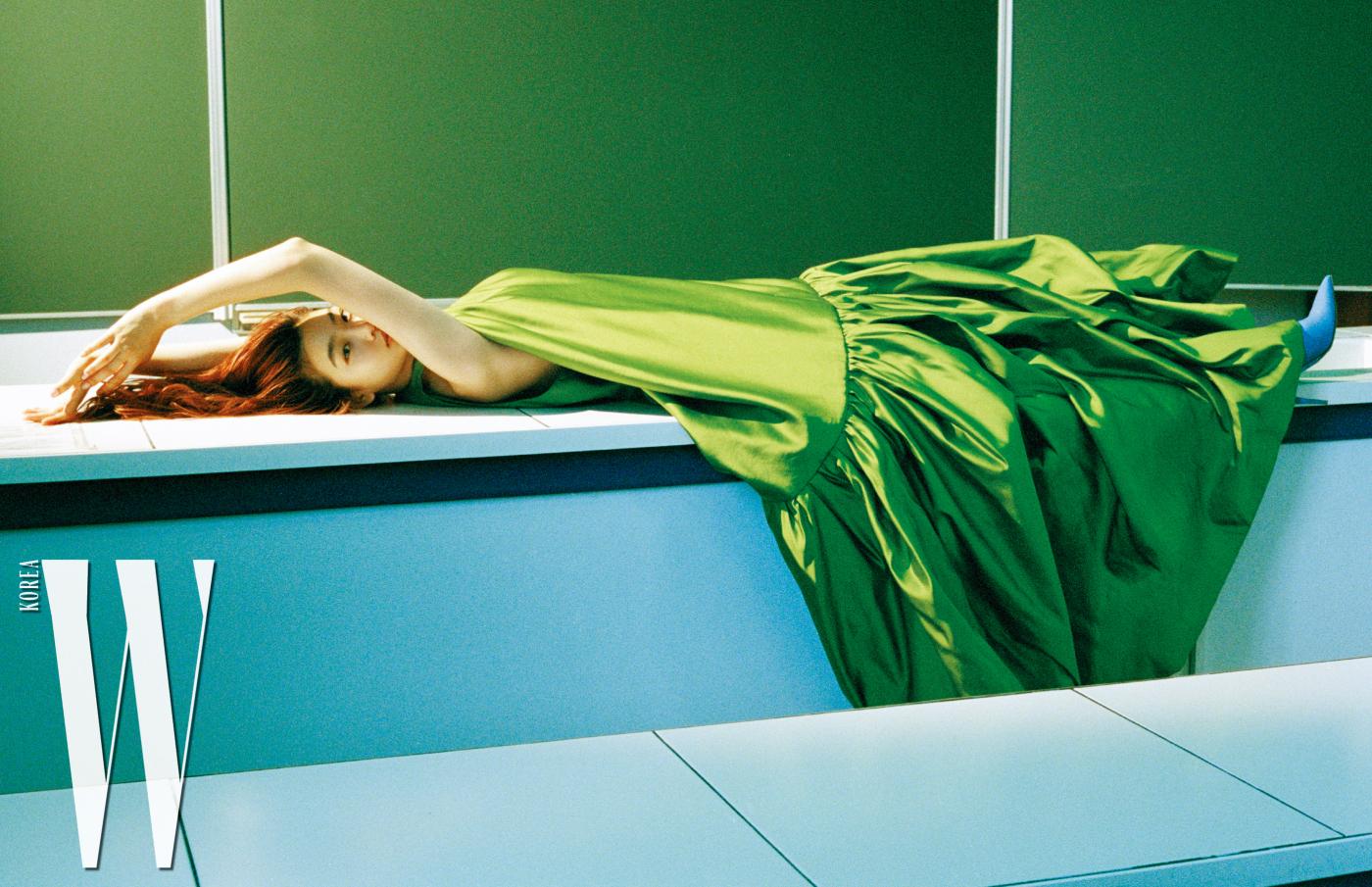 드레스, 슈즈는Valentino HauteCouture 제품.