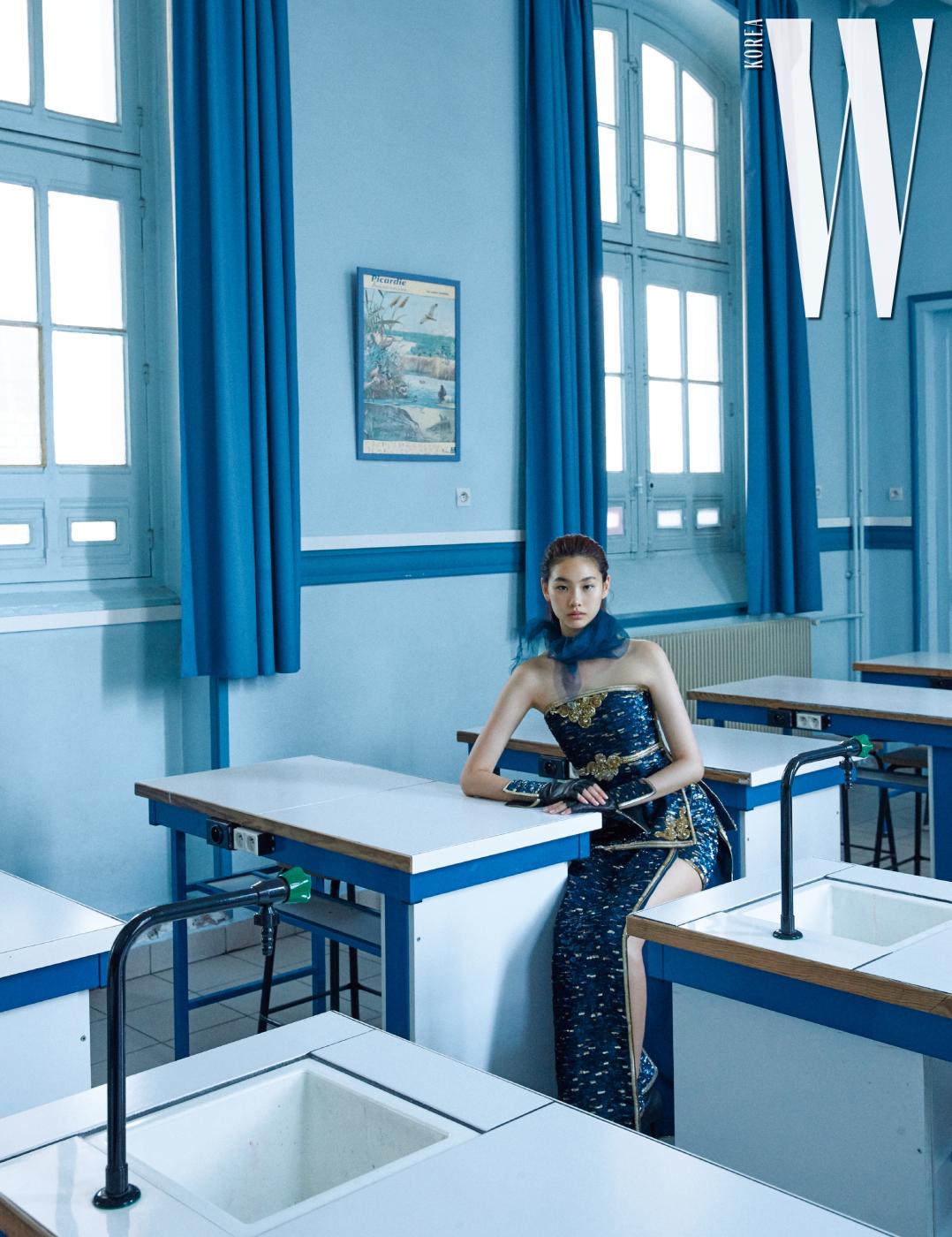 오리엔탈풍시퀸장식뷔스티에, 스커트, 장갑과부츠, 스카프는모두 Chanel HauteCouture 제품.