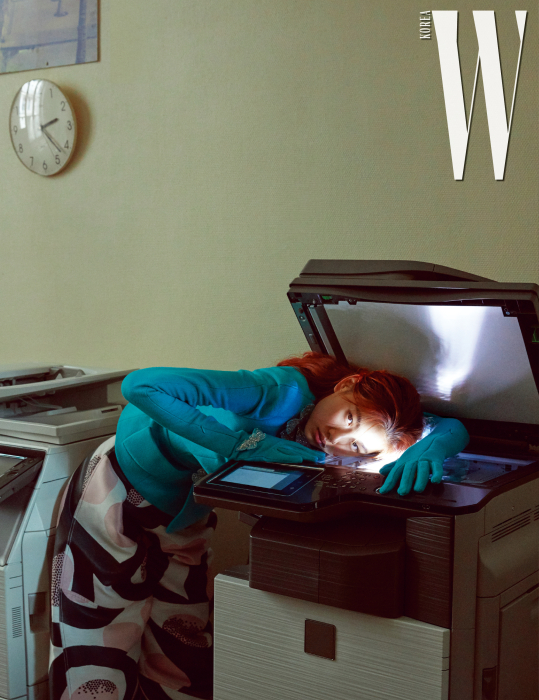 장갑으로이어진입체적인 나비장식재킷, 예술적인프린트팬츠는 Schiaparelli 제품.