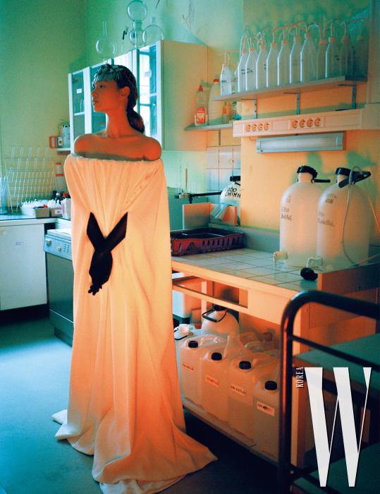 미니멀한 볼륨 형태가 돋보이는 드레스, 장갑, 헤드피스는 Givenchy Haute Couture 제품.