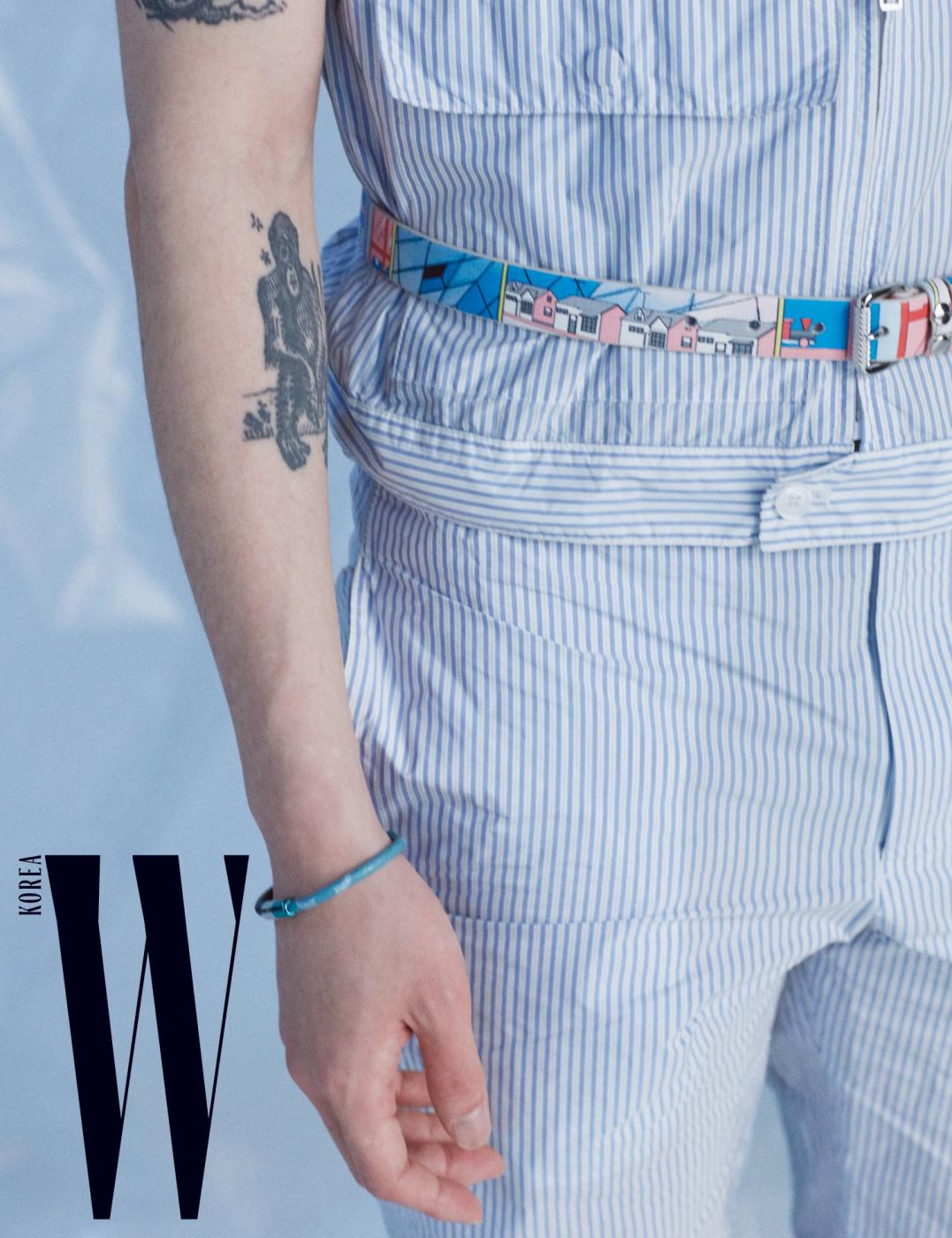 줄무늬 셔츠, 팬츠, 벨트는 모두 프라다 제품. 팔찌는 루이 비통 제품.
