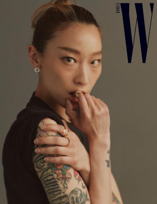 로고 귀고리와 반지는 구찌 타임피스 앤 주얼리 제품.