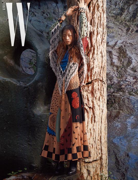 프린지 장식 드레스, 가죽 부츠, 뱅글은 Etro 제품 .