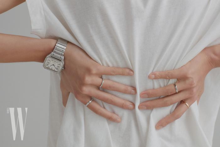 퀵스위치, 스마트 링크 기능이 더해진, 2018년 새롭게 선보이는 라지 사이즈 산토스 드 까르띠에 워치는 Cartier 제품. 왼손 검지에 착용한 브릴리언트 컷 다이아몬드 47개가 세팅된 포제션 웨딩 링은 Piaget 제품. 왼손 약지에 착용한 브릴리언트 컷 다이아몬드 27개가 세팅된 조세핀 아그레뜨 웨딩 밴드는 Chaumet 제품. 오른손 약지에 착용한 'Forever'라는 문구가 인그레이빙된 플래티넘 소재의 포에버 밴드는 De Beers 제품. 오른손 검지에 착용한 'Forever'라는 문구가 인그레이빙된 핑크 골드 소재의 심플한 웨딩 밴드는 De Beers 제품.