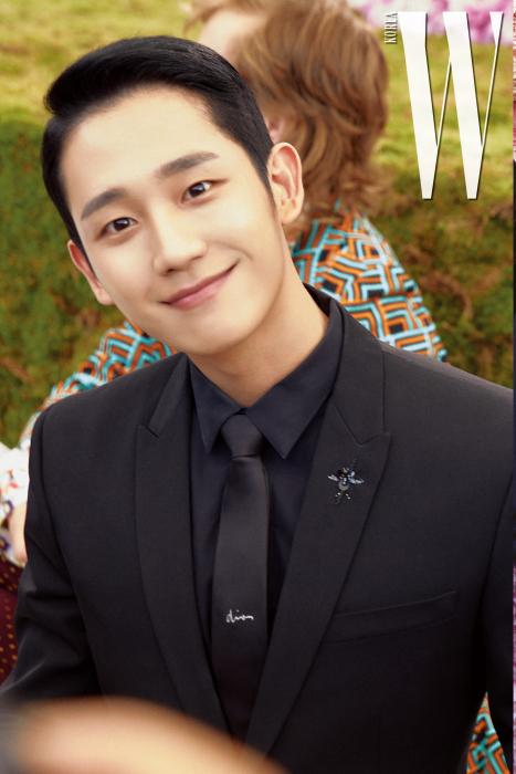 더블유 카메라를 향해 특유의 천진한 미소를 보낸 배우 정해인.