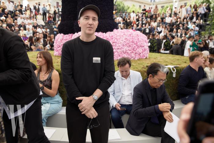 킴 존스의 제안으로 디올과 특별한 협업을 선보인 아티스트 카우스 역시 쇼에 참석했다.