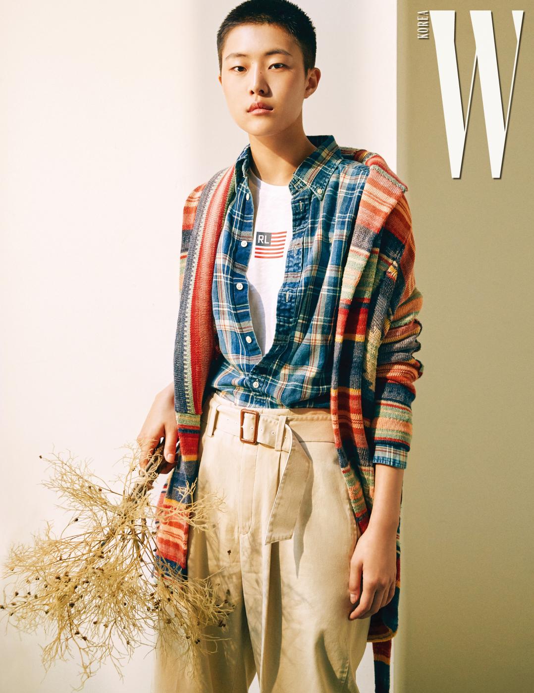 빈티지 워싱 컬러 스웨터, 체크무늬 셔츠, 티셔츠, 팬츠는 모두 PoloRalph Lauren 제품.