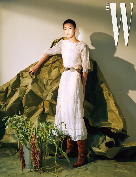여성스러운드레스, 웨스턴풍벨트, 부츠는모두PoloRalph Lauren 제품.