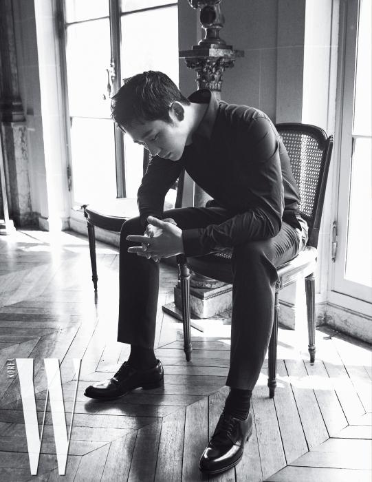 검정 셔츠와 테일러드 팬츠, 클래식한 레이스업 슈즈는 모두 Dior Men 제품.