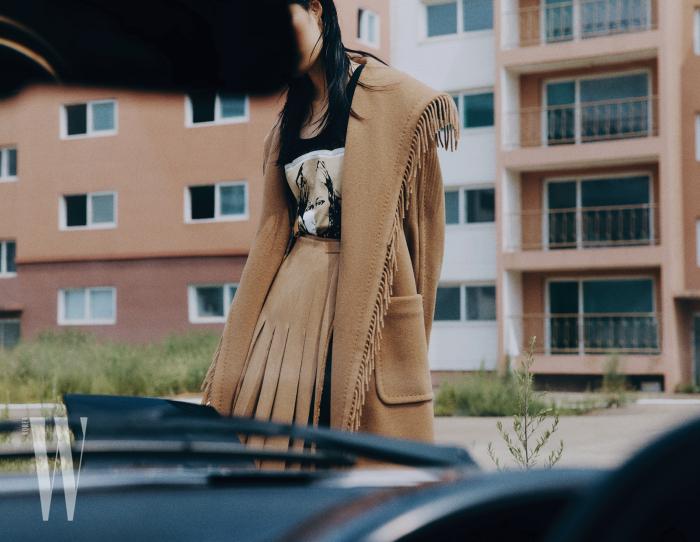 프린지 장식 캐멀 코트는 4백98만원, 프린트 슬리브리스는 44만원, 주름 스커트는 가격 미정. 모두 막스마라 제품.