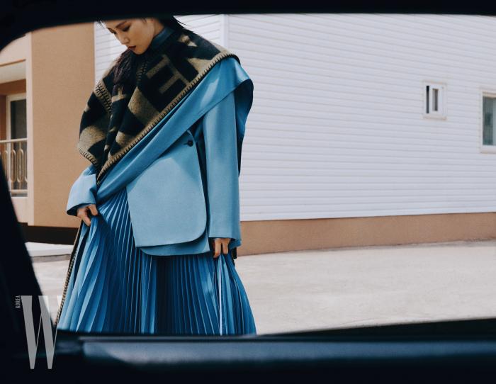 하늘색 재킷, 스커트, 슬릿이 들어간 블랭킷과 숄은 포츠 1961 제품. 모두 가격 미정.