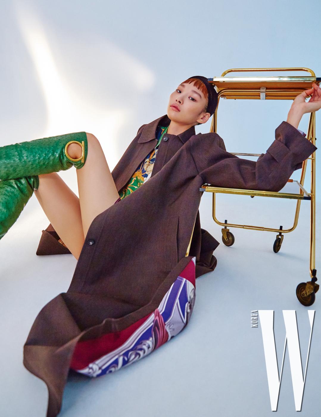 코트, 실크 소재의 프린트 셔츠 드레스, 로고 장식 부츠는 모두 Salvatore Ferragamo 제품.