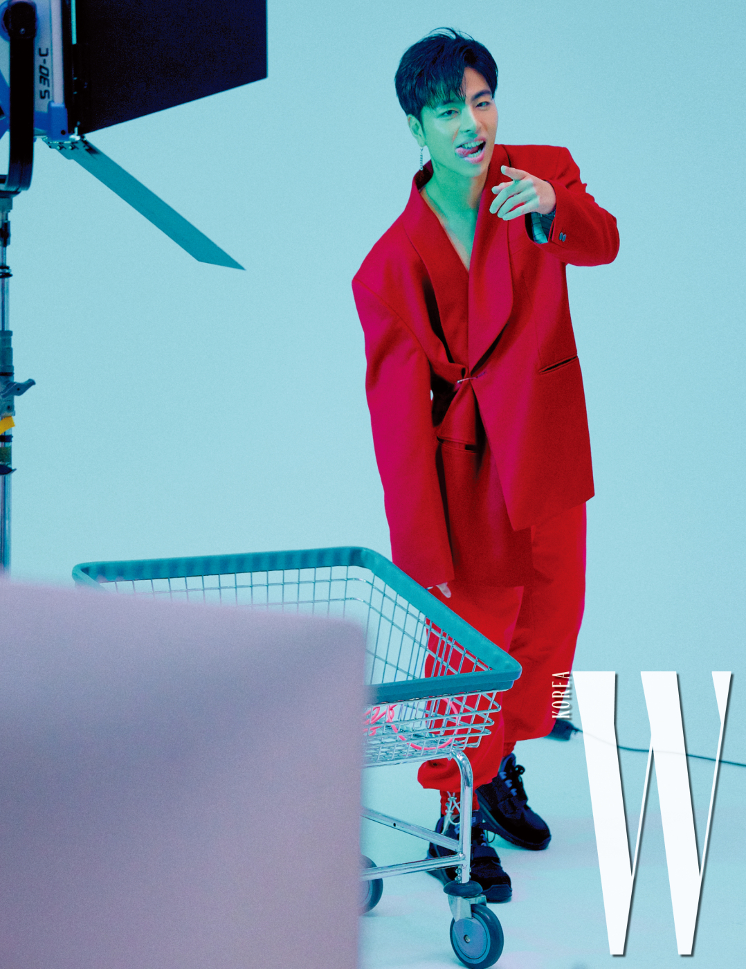 구준회가 착용한 붉은색 테일러드 재킷은 Ordinary People, 팬츠는 MSKN2ND, 슈즈는 Prada 제품.