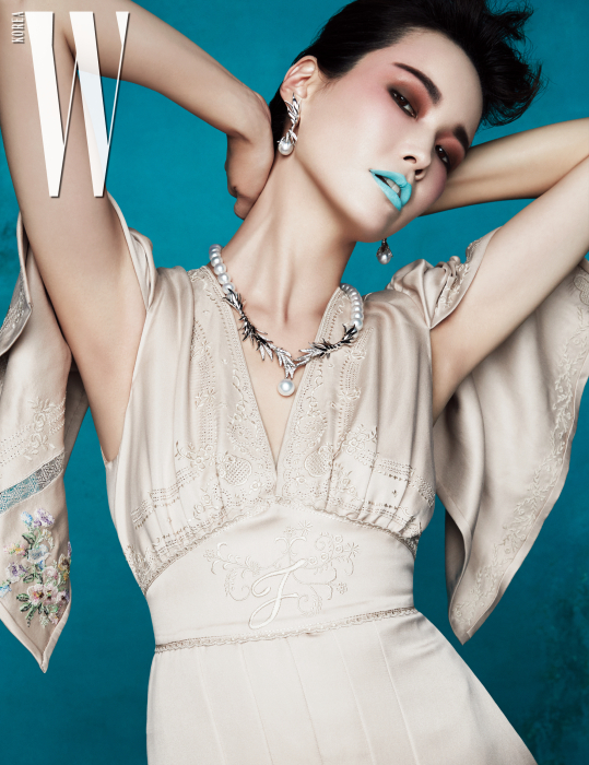 나뭇잎과 아침 이슬을 형상화해 18K 화이트 골드에 남양진주와 다이아몬드를 세팅한 목걸이와 귀고리는 Tasaki 제품. 자수 장식 드레스는 Fendi 제품