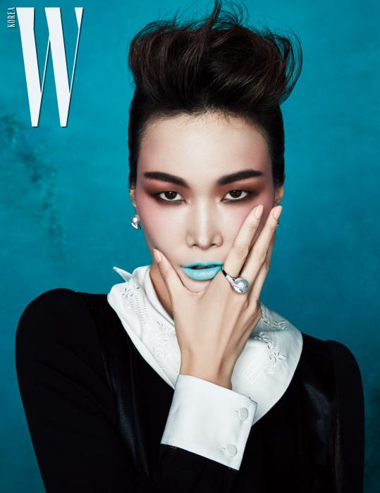 최상급 다이아몬드와  고혹적인 남양진주를 사용한  화이트 골드 소재의  귀고리와 반지는 Tasaki 제품. 자수 장식의 스카프 장식이 돋보이는  슈트는 Fendi 제품