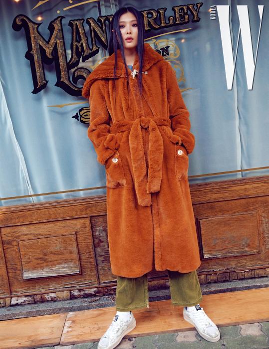 포근한 털 코트, 회색 티셔츠, 카키색 팬츠와 빈티지한 스니커즈는 모두 Golden Goose Deluxe Brand 제품.