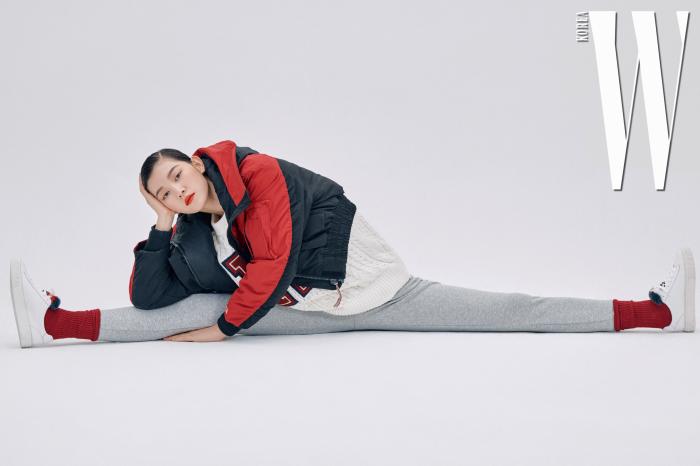 로고 패치 장식의 케이블 크루넥 스웨터, 컬러 블록 크롭트 파카, 회색 로고 밴딩 조거 팬츠, 퍼 플래그 스니커즈는 모두 Tommy Hilfiger 제품.