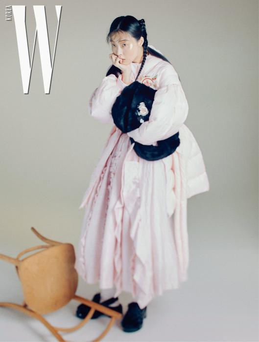 볼륨감 넘치는 패딩 코트, 겹겹의 프릴 장식이 인상적인 스커트, 커다란 로고 장식이 특징인 퍼 소재 백팩, 슈즈는 모두 4 Moncler Simone Rocha 제품.