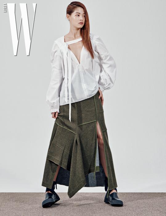 김아현이 입은 브이넥이 깊게 파인 톱과 슬릿 장식 스커트는 3.1 Phillip Lim 제품.