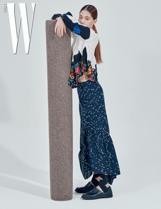 김아현이 입은 꽃무늬 패치워크 톱, 점무늬 프릴 스커트, 슈즈는 모두 3.1 Phillip Lim 제품.