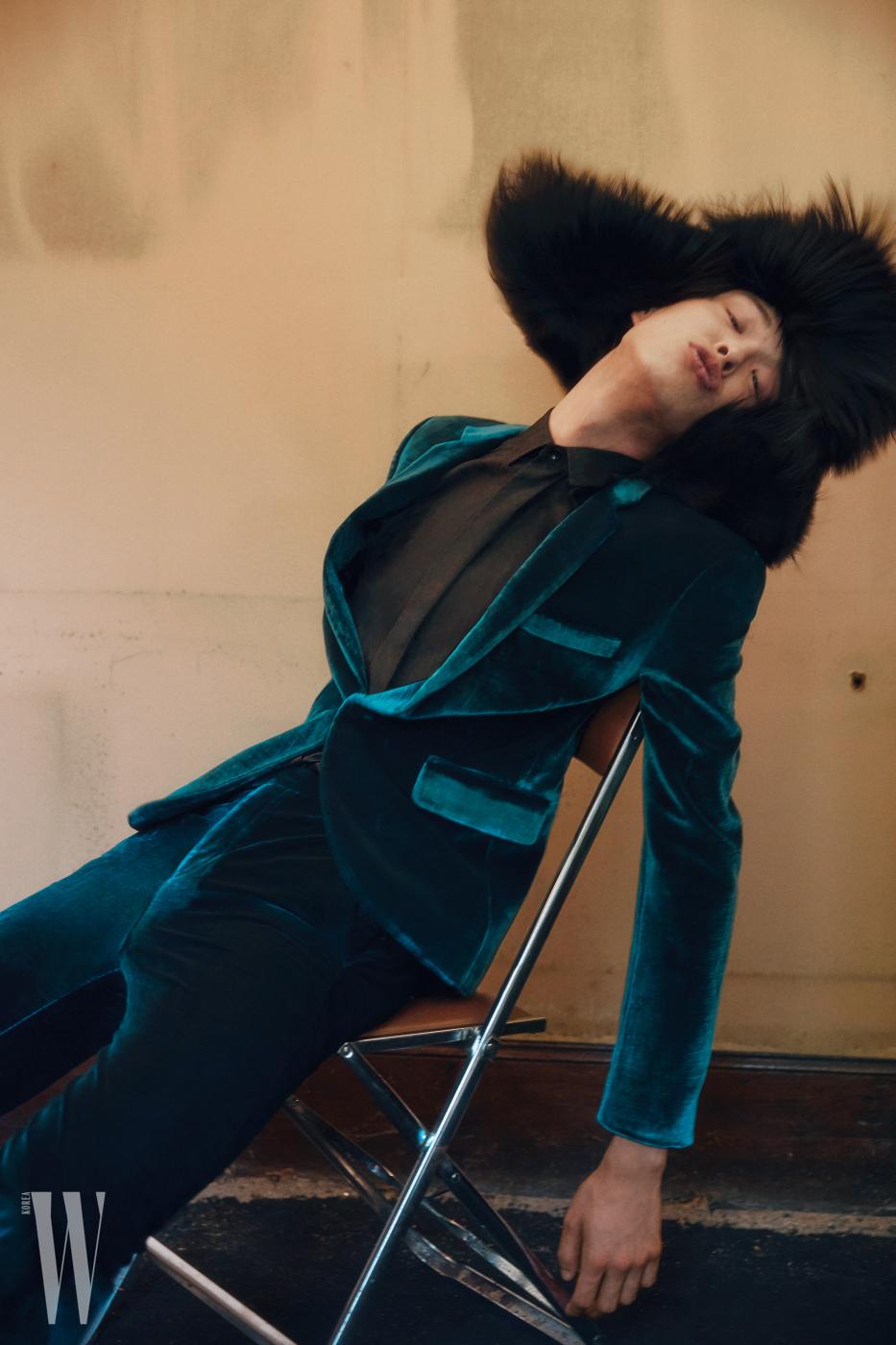 벨벳 슈트, 셔츠, 퍼 모자는 모두 Saint Laurent by Anthony Vaccarello 제품.
