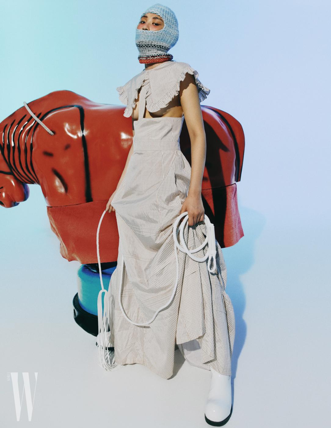 드레스, 부츠, 니트 소재 헤드피스는 모두 캘빈 클라인 205W39NYC 제품. 가격 미정.