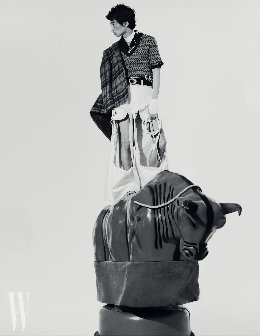 체크무늬 재킷은 에트로 제품. 3백10만원. 니트 톱과 셔츠는 프라다 제품. 각각1 백10만원대, 1백40만원대. 시스루 톱, 데님 팬츠는 기준 제품. 각각2 8만6천원, 44만원. 벨트는 우영미 제품. 가격 미정.