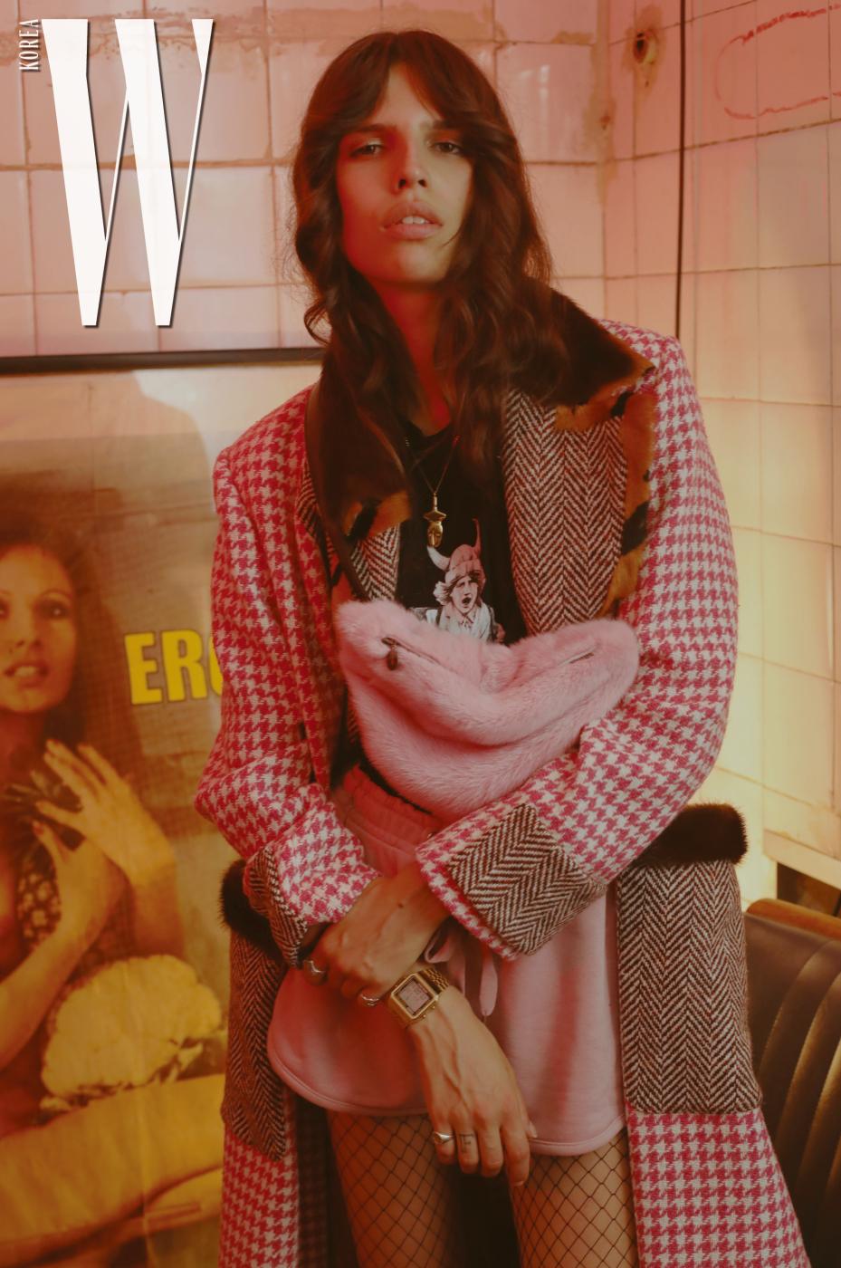 하운즈투스 체크 코트, 핑크색 퍼 크로스백은 Simonetta Ravizza 제품. 우드키드 티셔츠, 쇼츠는 모두 스타일리스트 소장품.