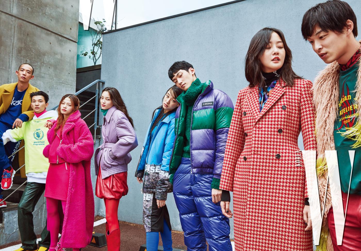 다니엘 오가 입은 노란색 코트는 Wooyoungmi, 톱, 팬츠 스니커즈는 모두 Versace 제품. 전준영이 입은 반팔 톱과 후드, 터틀넥은 모두 Balenciaga, 레더 팬츠는 Ordinary People, 삭스 스니커즈는 Fendi 제품. 김아현이 입은 핑크 퍼 코트는 YCH, 바이커 재킷과 스커트는 Moschino, 불꽃 모양 힐은 Prada 제품. 티아나가 입은 재킷과 스커트, 넥워머는 모두 Miu Miu, 롱 부츠는 Roger Vivier 제품. 김설희가 입은 재킷과 스커트는 Push Button, 파란색 싸이하이 부츠는 Balenciaga 제품. 정용수가 입은 패딩, 터틀넥, 팬츠는 모두 Z Zegna 제품. 강승현이 입은 체크 코트와 셔츠, 니트는 모두 Balenciaga 제품. 박경진이 입은 퍼 코트는 Dries Van Noten, 셔츠와 톱은 Dior Homme, 빨간색 레더 팬츠는 Ordinary People 제품.