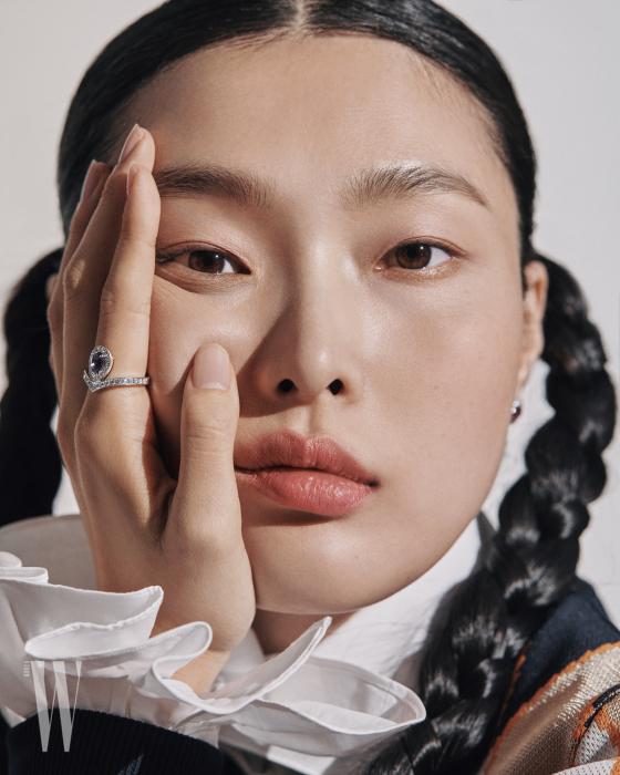 자수정과 다이아몬드가 영롱한 빛을 발하는 화이트 골드 소재의 조세핀 아그레뜨 링은 Chaumet 제품. 아가일 체크 니트는 Zara, 러플 장식 화이트 셔츠 Polo Ralph Lauren 제품.
