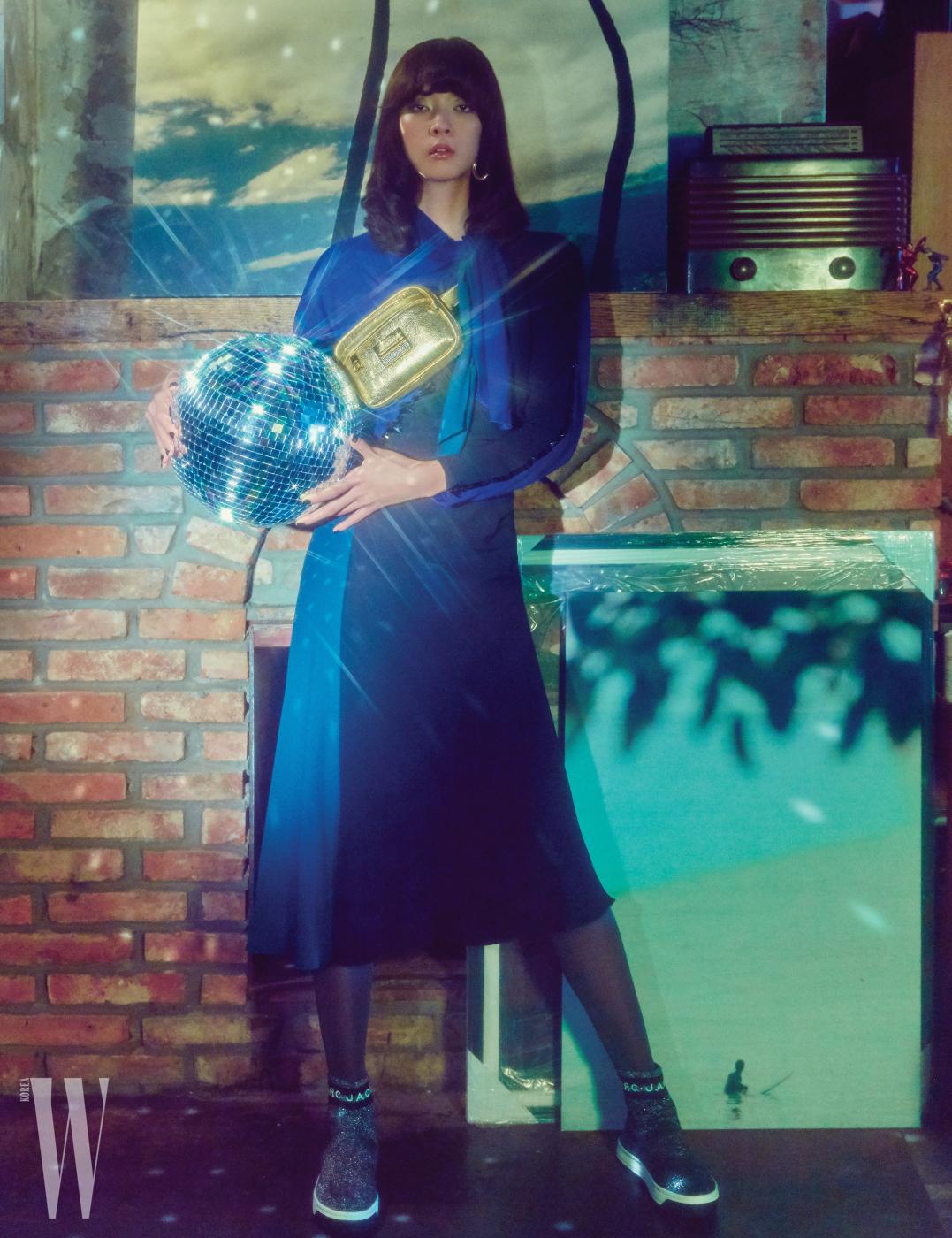 비즈 장식의 컬러 블록 원피스, 골드 벨트백, 메탈릭 로고 스니커즈는 모두 Marc Jacobs 제품.