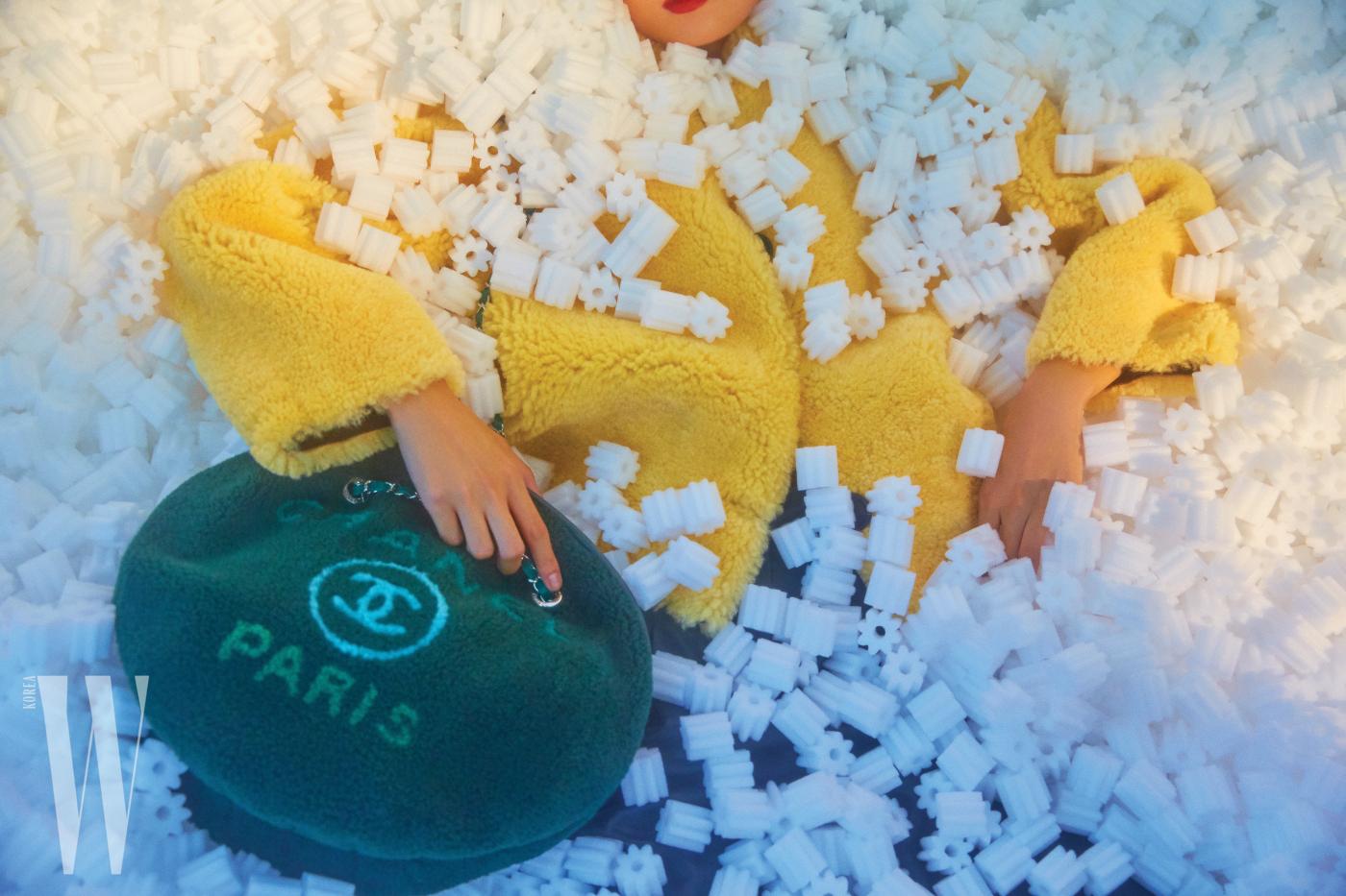 노란색 시어링 코트는 루이 비통 제품. 가격 미정. 양털이 짧게 깎인 소재의 원형 로고 백은 샤넬 제품. 8백53만원.