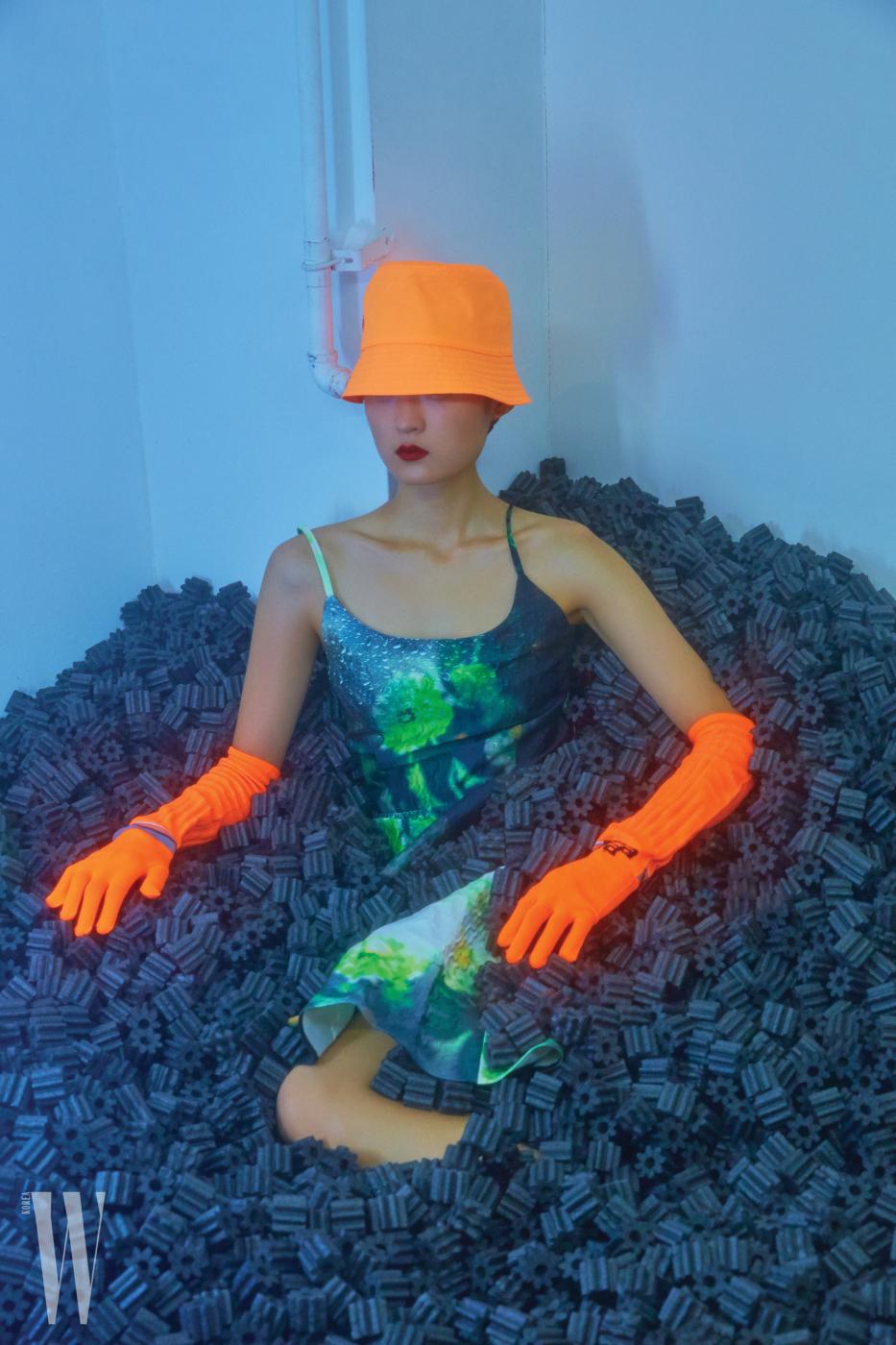 네온 오렌지 컬러 모자는 30만원대, 니트 장갑은 30만원대, 그래픽 프린트 드레스는 4백40만원대. 모두 프라다 제품.