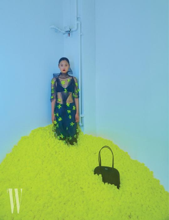 노란색 꽃이 장식된 드레스는 프라다 제품. 4백70만원대. 안에 입은 가죽 팬츠는 토즈 제품. 3백90만원대. 긴 스트랩이 달린 검은색 백은 발렌시아가 제품. 가격 미정.