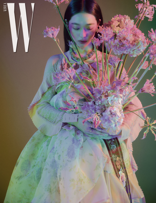 파스텔 색상의 3단 한복 드레스는 Hanbok Lynn, 꽃무늬 한복 치마는 Tchai Kimyoungjin, 아우터로 입은 분홍색 레이스 셔츠 드레스는 Blumarine, 빨강 무궁화 자수 대대는 Hanbok Lynn 제품. 크리스털 장식 네크리스는 스타일리스트 소장품.