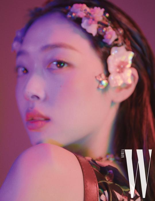 꽃무늬 원피스는 3.1 Phillip Lim, 앤티크한 꽃 헤어 장식은 Minwhee Art Jewelry 제품.