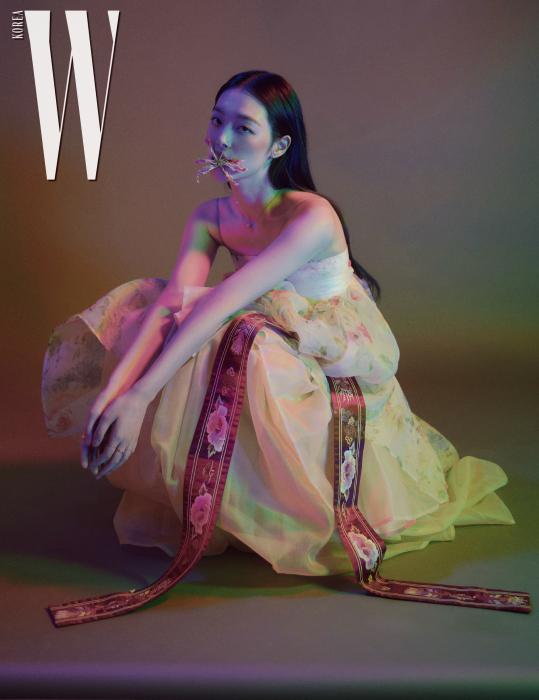파스텔 색상의 한복 드레스는 Hanbok Lynn, 겹쳐 입은 꽃무늬 한복 치마는 Tchai Kimyoungjin, 무궁화 자수 대대와 버선은 Hanbok Lynn, 슈즈는 Stuart Weitzman 제품.
