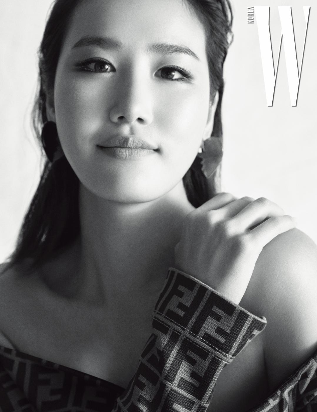 로고 드레스는 펜디, 하트 모양의 귀고리는 에이치앤엠 제품.
