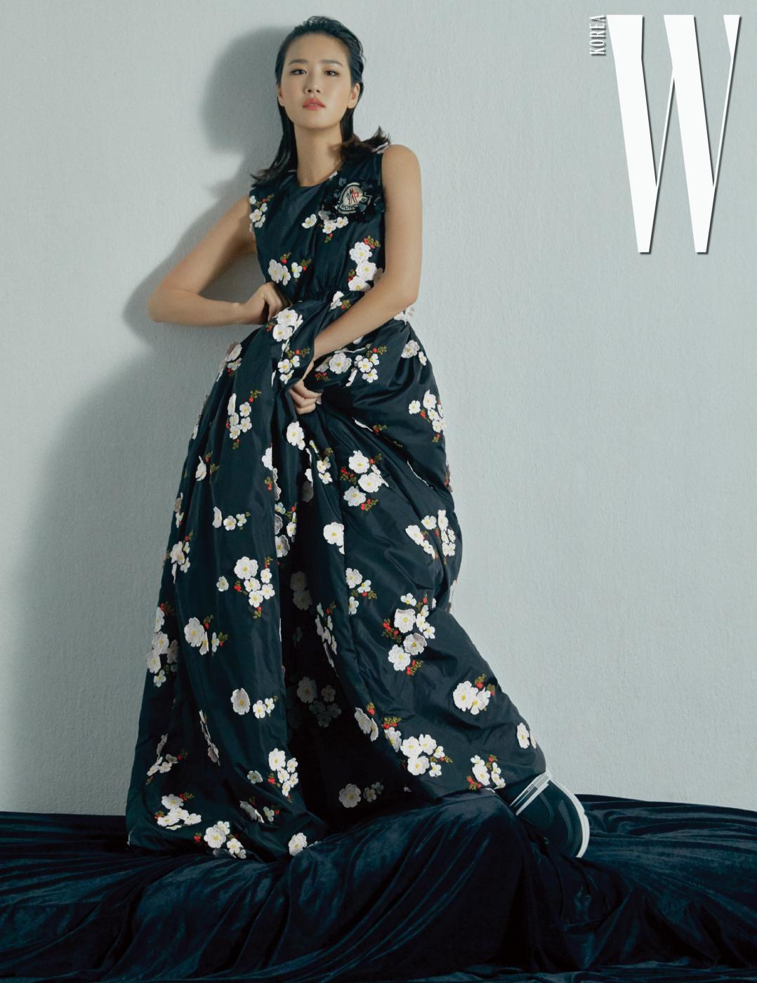 꽃 장식 슬리브리스 드레스는 4 몽클레르 시몬 로샤, 검정 운동화는 프라다 제품.