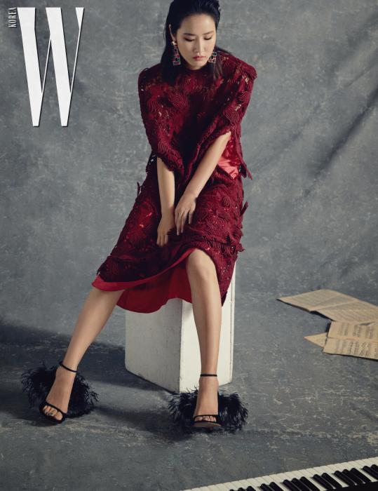 버건디색 드레스와 깃털 장식 신발은 발렌티노, 안에 입은 핫 핑크 슬립은 4 몽클레르 시몬 로샤, 귀고리는 자라 제품.