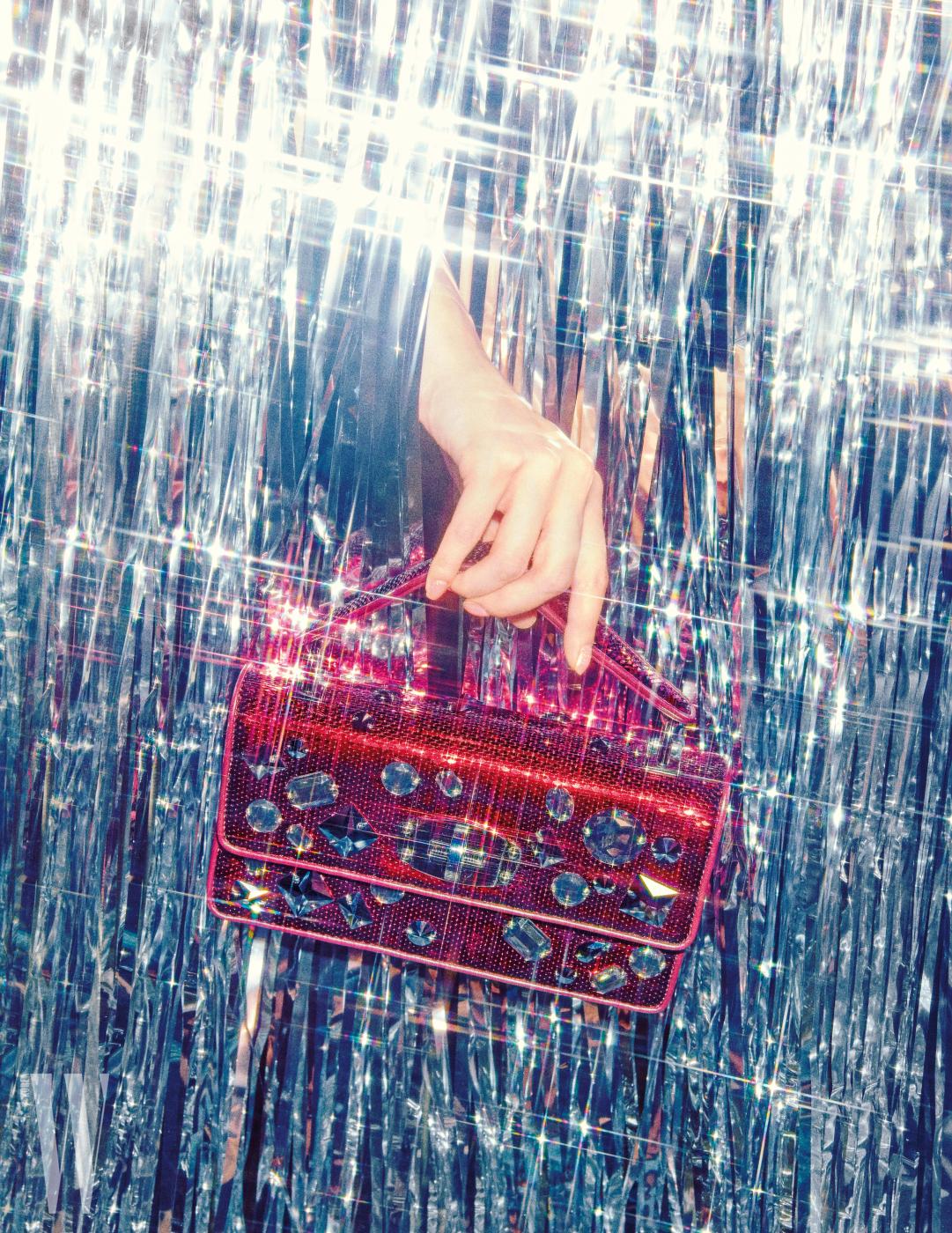 커다란 스톤 장식 스팽글 가방은 미우미우 제품. 2백50만원대