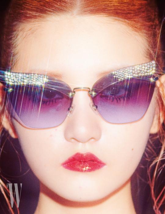 프레임에 스톤을 장식한 선글라스는 미우미우 by 룩소티카 제품. 49만원.