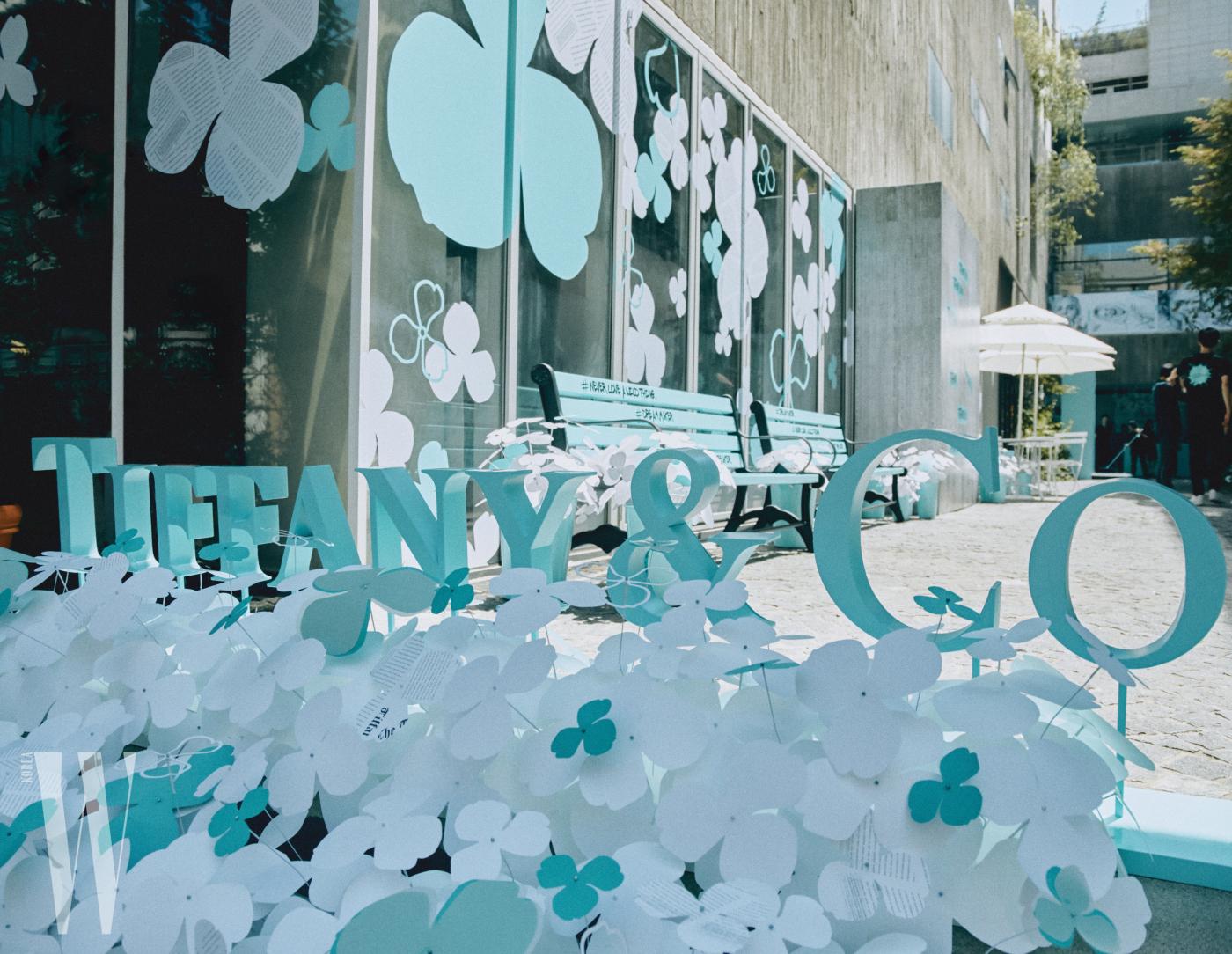 티파니앤코 로고가 설치된 행사장 전경.