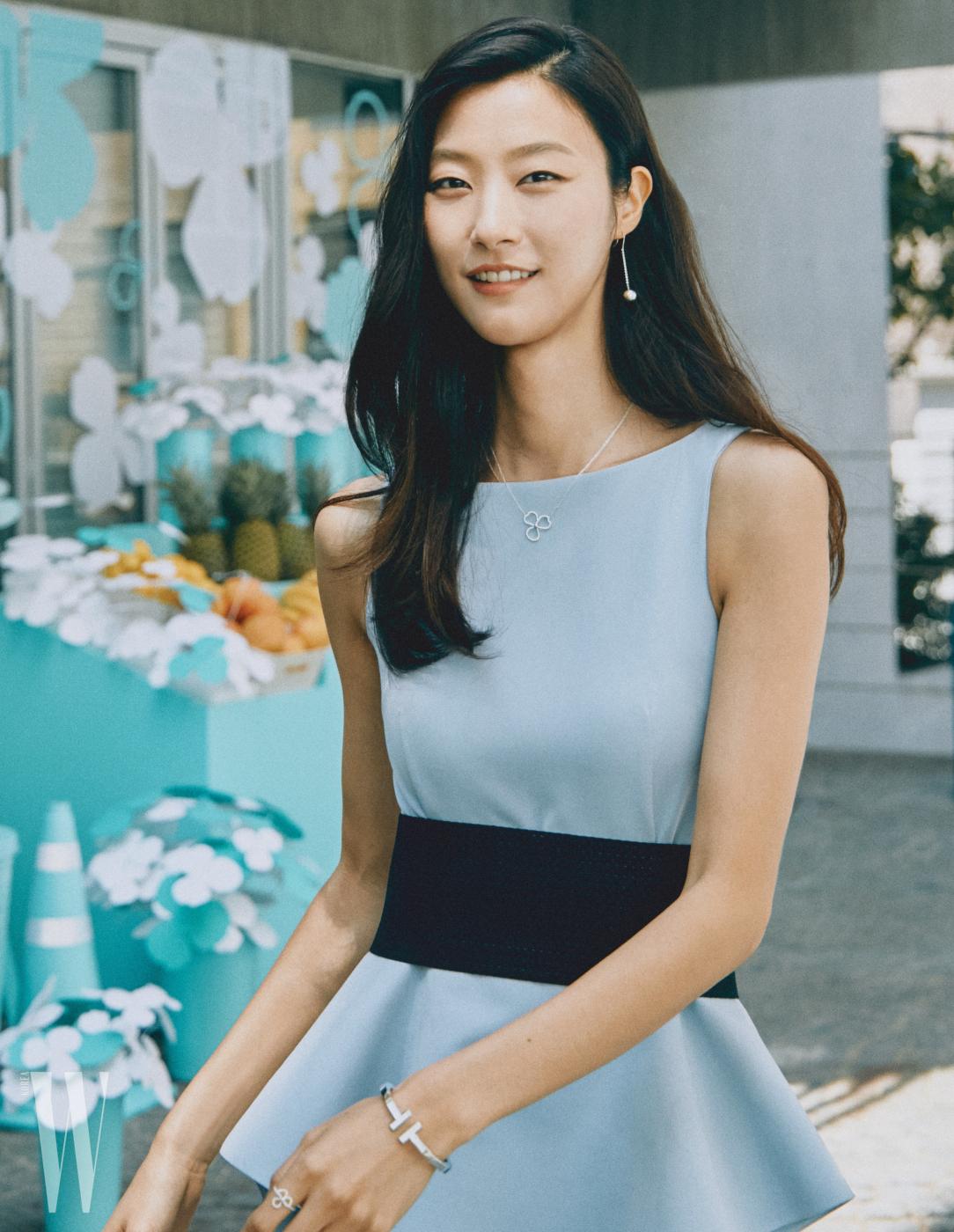 모델 박지혜가 우아한 모습으로 등장했다. 간결한 다이아몬드 오픈 플라워 목걸이와 반지로 포인트를 줬다.