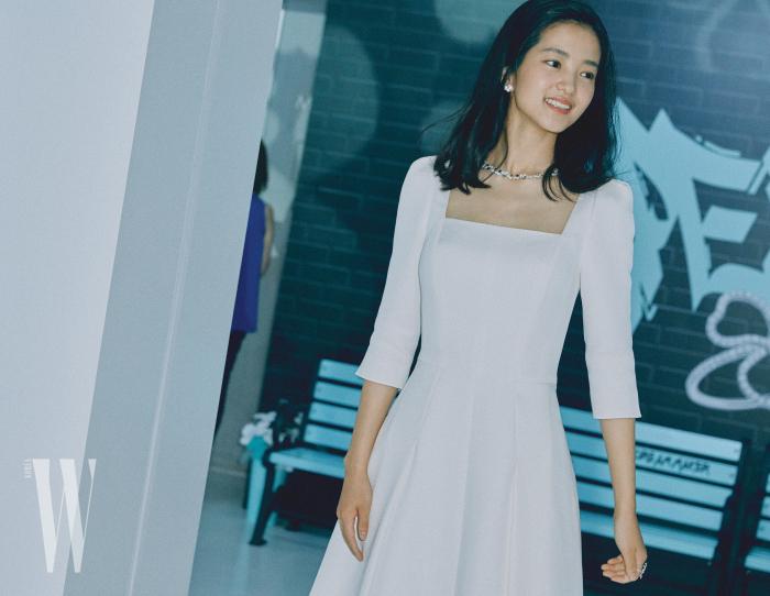 새하얀 스퀘어넥 드레스를 입고 나타난 김태리. 티파니 페이퍼 플라워 컬렉션의 다이아몬드 목걸이와 귀고리, 반지를 착용했다.