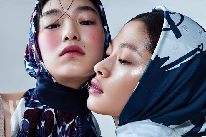 김설희가 머리에 두른 스카프는 Tara Jarmon, 네이비 타이는 Recto. 김아현이 한 스카프는 Hermes 제품.