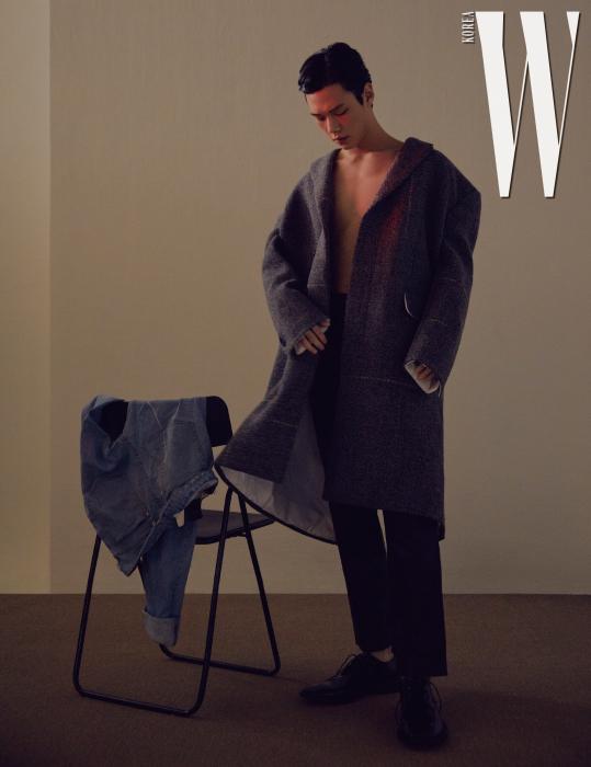 회색 롱 코트는 Calvin Klein 205W39NYC, 검은색 가죽 팬츠는 Wooyoungmi, 검은색 스퀘어팁 레이스업 슈즈는 Balenciaga 제품.