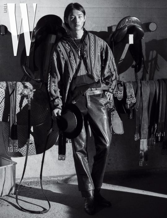 에스닉 패턴의 후디와 페도라는 Radiall by Hide Store, 가죽 팬츠는 Wooyoungmi, 벨트는 Saint Laurent by Anthony Vaccarello 제품. 부츠와 액세서리는 스타일리스트 소장품.