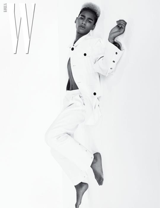 하얀색 재킷과 팬츠는 Wooyoungmi 제품.