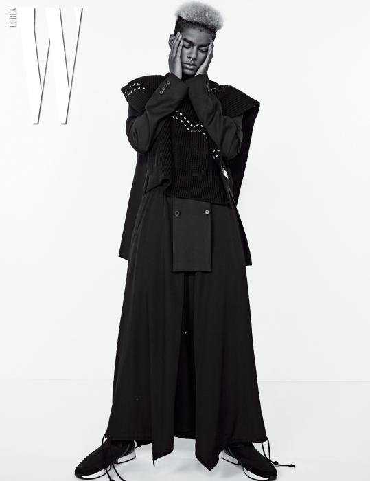 검정 재킷은 Delana by 10 Corso Como, 터틀넥 스웨터는 Raf Simons by 10 Corso Como, 실크 팬츠는 Dries Van Noten by Boon the Shop, 검정 배기팬츠는 Yohji Yamamoto, 스니커즈는 Hermes 제품.